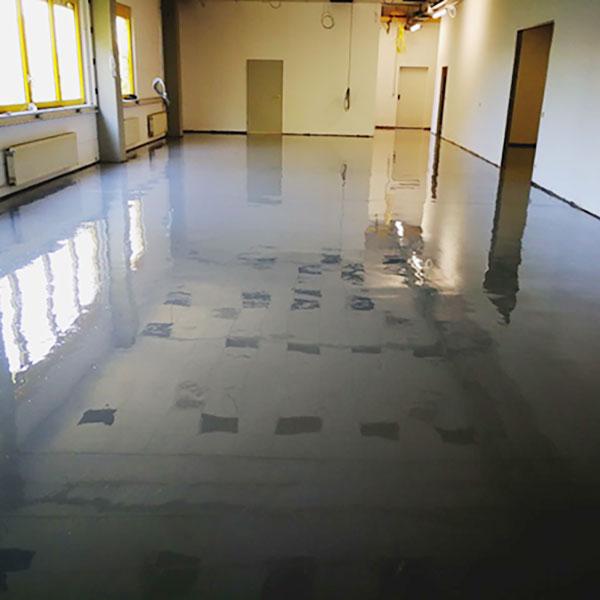 FLOORTEC | Steingraue Epoxidharzverlaufsbeschichtung Werkstatt Cadolzburg