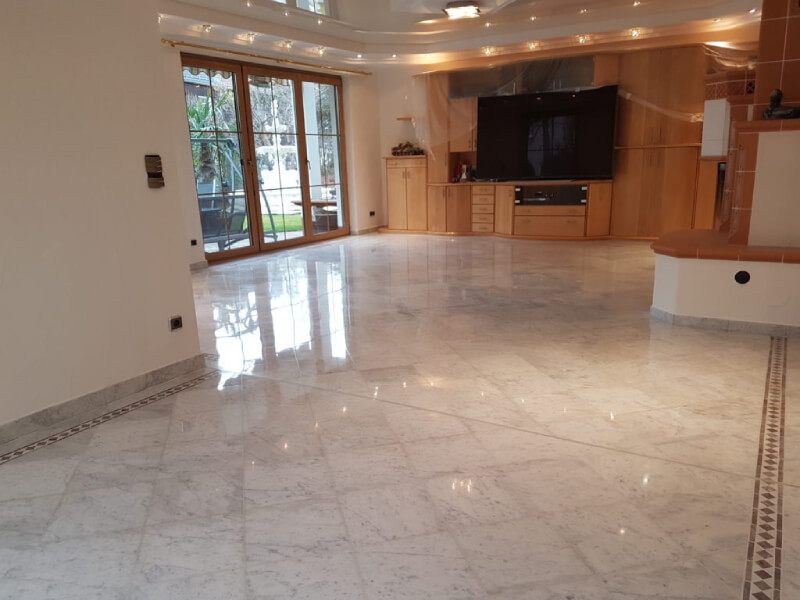 FLOORTEC   Anwendungsfall Natursteinsanierung Natursteinboden Carrara Marmor Planschliff Kristallisation Politur