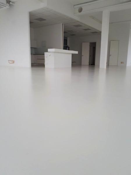 Rollbeschichtung Dünnbeschichtung weiß Epoxy Epoxidharzbeschichtung Beschichtung Designboden Designbelag München Munic Industriebeschichtung dampfdiffusionsoffen